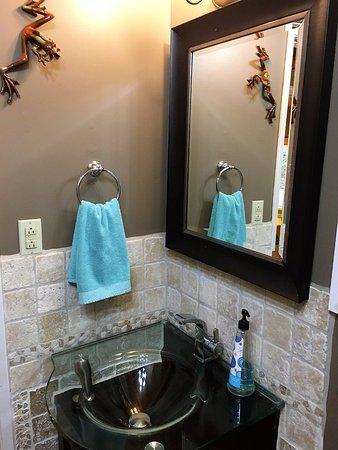 Galiano, Canada: Modern 4 piece en suite bathroom
