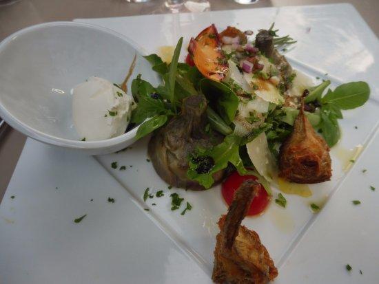 """Gemenos, Francia: """" Pour commencer """", artichauts a l' huile et frits, salade , quenelle de mascarpone"""