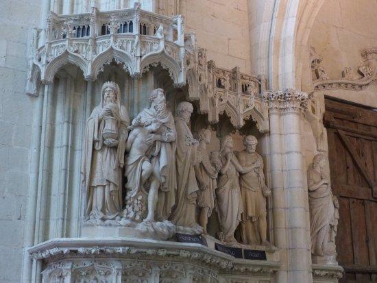 Cathédrale de Saint-Pierre et Saint-Paul : Les sculptures