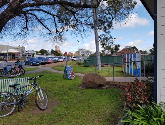 Yarrawonga, Australia: Shade & seat in front of Visitor Info Centre. Minimum parking & 1 HC park only.
