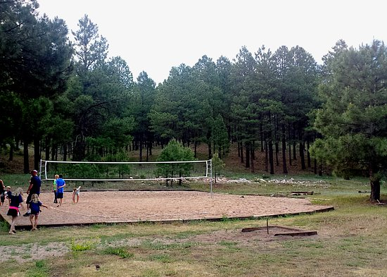 Arizona Mountain Inn & Cabins: Sand volleyball court