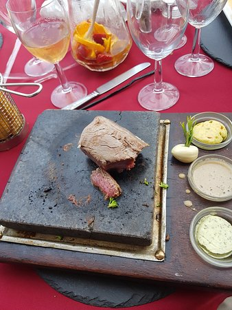 Big Reds Steakhouse: Steak on hot stone