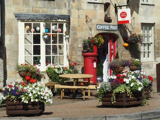 Fairford, UK: Indoor seating as well as outdoor.