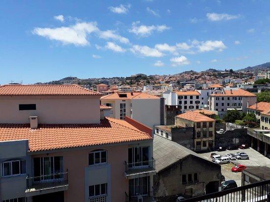 Hotel do Carmo: vue de la piscine sur Funchal côté montagne