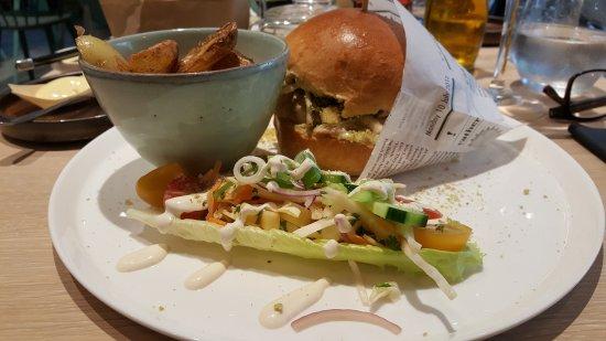 Wetteren, Belgium: Burger van gebakken kip op Tommy's wijze....