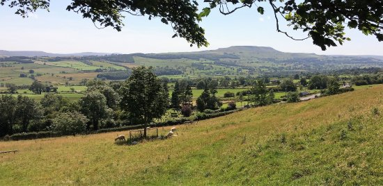 Leyburn, UK: Looking up Wensleydale towards Penhill.