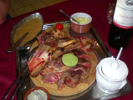 Wirwignes, France : super côte à l'os avec le sel, la béarnaise et la sauce au poivre tout compris