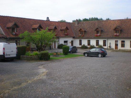 Wirwignes, France : à gauche les chambres d'hotes, à droite, l'auberge