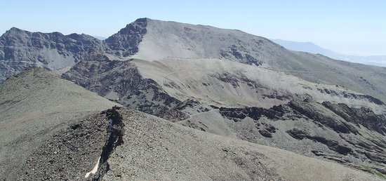 Sierra Nevada National Park, Espagne : Encore un peu de neiges éternelles en haut du pic