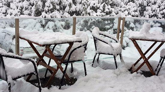 Aoraki Mount Cook Alpine Lodge: Snow on balcony furniture