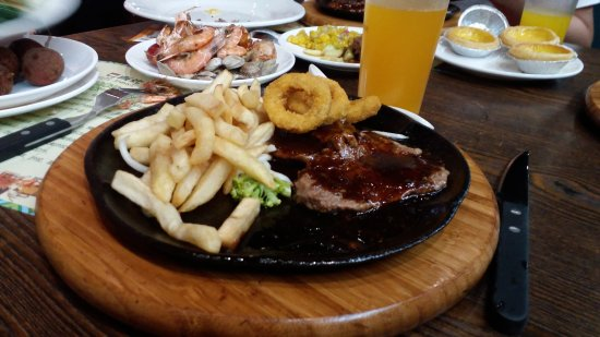 Weifang, Chiny: My steak and chips, with a glass of cloudy draft beer.