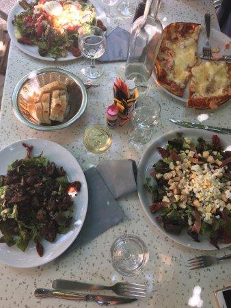 Roaix, Fransa: Wij komen hier graag ! De salades, pizza's, eend en lam zijn super