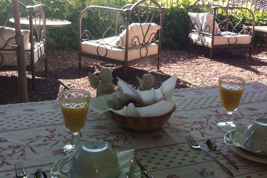Гарга, Франция: Petit déjeuné servi dans le jardin-terrasse