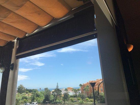 Puerto de la Duquesa, Ισπανία: Vu de la mer au loin par la fenêtre du resto.
