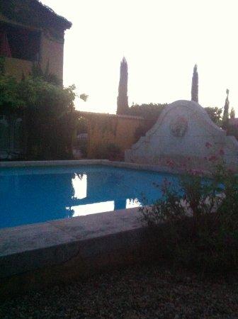Гарга, Франция: couché de soleil sur la piscine et vue sur la région
