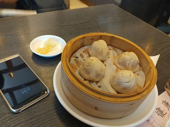 Crystal Jade La Mian Xiao Long Bao (Gateway Arcade) : 홍콩 첫끼니 점심을 하버시티 몰 크리스탈제이드에서 먹었죠 배가 고파서 뭐가 뭔지 모르게 먹었어요 글쎄 추천해야 할지는 잘.. 직원들은 홍콩이 다 그런지 대부분 무뚝뚝