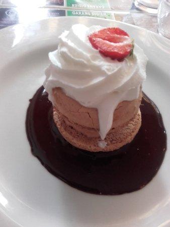 Villenave D'ornon, Francia: Macaron glacé avec un coulis de chocolat