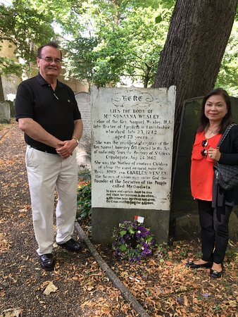 Yellow Moon Tours: Susana Wesley's grave site in London (ny wife and I).