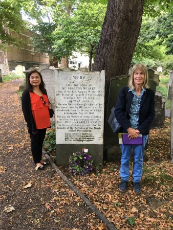 Yellow Moon Tours: Susana Wesley's grave site in London (my wife and our tour guide, Ms. Barbara)