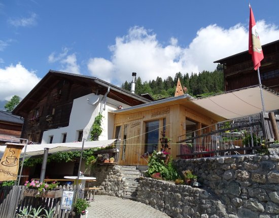 Schlans, سويسرا: Gartenterasse mit Bergblick, mitten im kleinen Bergdorf gelegen. Ruhig und trotzdem interessant.
