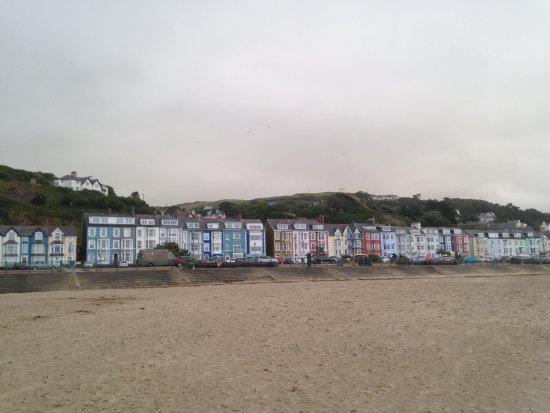 Aberdovey, UK: Looking back towards the town with its row of colourful shops and houses