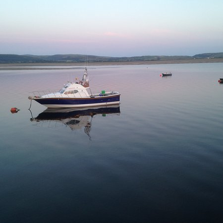 Aberdyfi (Aberdovey), UK : A calm evening sitting on a bench at the quay side