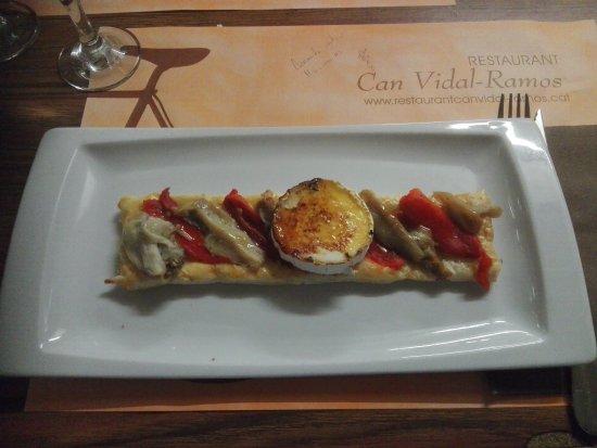Restaurante Can Vidal Ramos: Pasta de mill fulls amb escalibada i formatge de cabra. Exquisit.