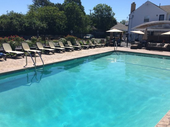 Cape Colony Inn: Nice pool, new chaises and covered breakfast area towards the house