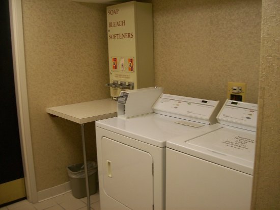 Holyoke, MA: Guest Laundry Room, only one washer and one dryer.