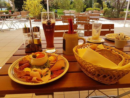 The Monarch Hotel: Brotzeit zum Mittag