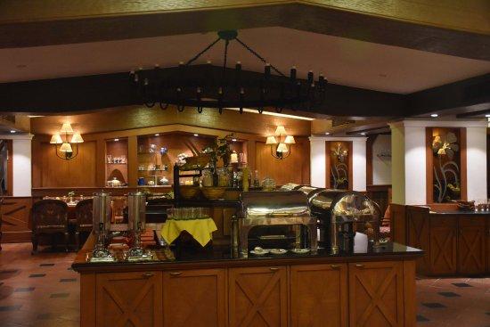 Cama Hotel: Dining area. Good ambience.