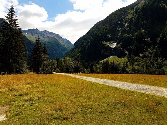 Mallnitz, Austria: Stien uden ende, en tur gennem bjergene med elven løbende langs turen