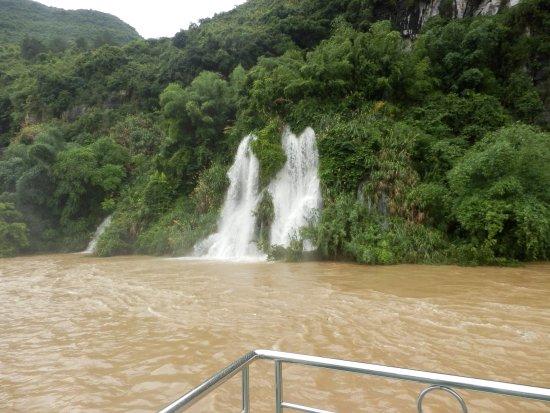 Lijiang Folk Customs Garden: cascate d'acqua dovute alle forti pioggie