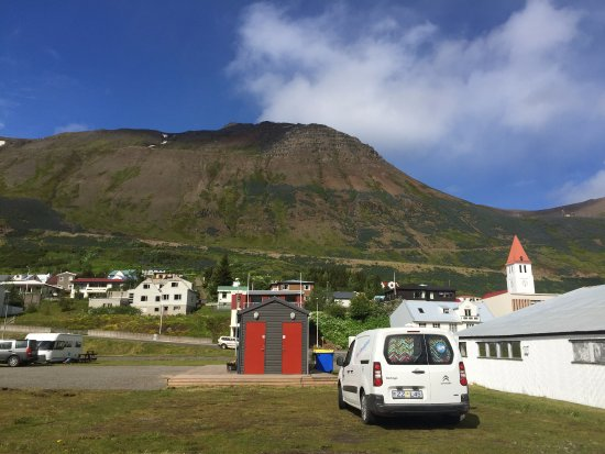 Siglufjordur, Islandia: Campground, the 2 red doors are some of the bathrooms