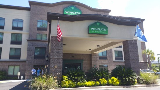 Wingate by Wyndham Charleston University Boulevard: Front of hotel. This hotel offers the parking package for cruise.