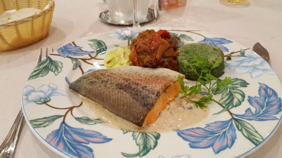 Hotel Restaurant Le Relais Du Moulin: Plat : Saumon - Ratatouille et Epinards