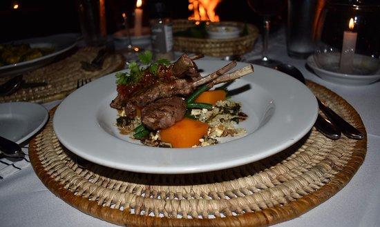 Vanua Levu, Fidżi: Another amazing meal! Lamb chops on the beach.