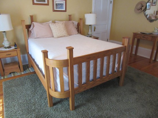 Plain & Fancy Bed & Breakfast: Plain & Fancy-Amish Room Hand-Made Amish Bed