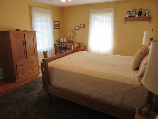 Plain & Fancy Bed & Breakfast: Plain & Fancy-Amish Room Furnishings