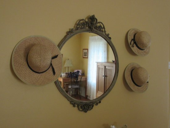 Plain & Fancy Bed & Breakfast: Plain & Fancy-Amish Room Hats & Mirror