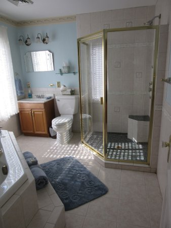 Ironton, MO: Plain & Fancy-Amish Room Bathroom
