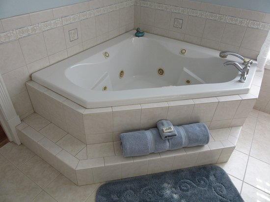 Ironton, MO: Plain & Fancy-Amish Room Jacuzzi in Bathroom