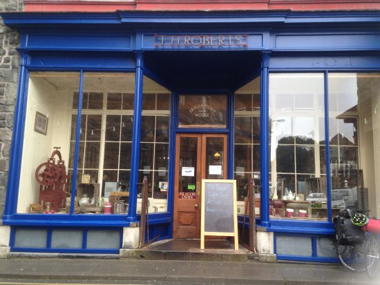 Dolgellau, UK : Plenty to look at while you drink your tea
