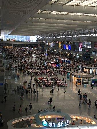 Shanghai Hongqiao Railway Station: 駅内部全体(大勢の人であふれていて暑い)