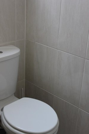 Seagull Hotel: ROOM 6, 7 AND 8'S SHARED TOILET