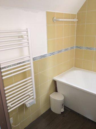salle de bain baignoire/lavabo/radiateur seche serviette ...