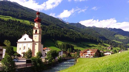 San Giovanni in Valle Aurina, Italie : l'hotel è la prima costruzione sulla destra del torrente Aurino