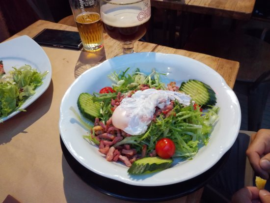 Etterbeek, Belgia: 15.50 Euros for just salad a fried egg and bacon. I can eat nice foot in any snack.