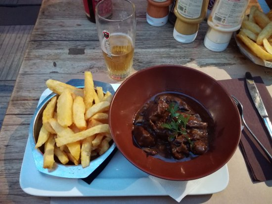 Etterbeek, Belgium: 15.50 Euros, stinky oily fries and not so tender meat