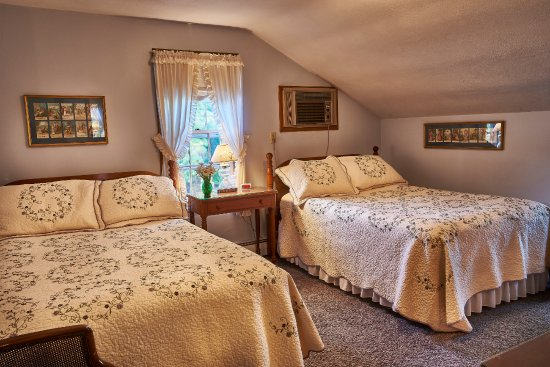 Homestead, IA: Room 7 upstairs has two full-size beds.